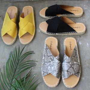 Shoes - 🆕️//The Elsinore// Snake print Sandal